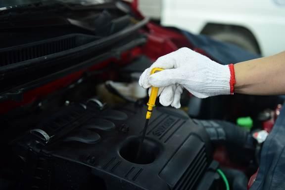 kiểm tra dầu nhớt xe