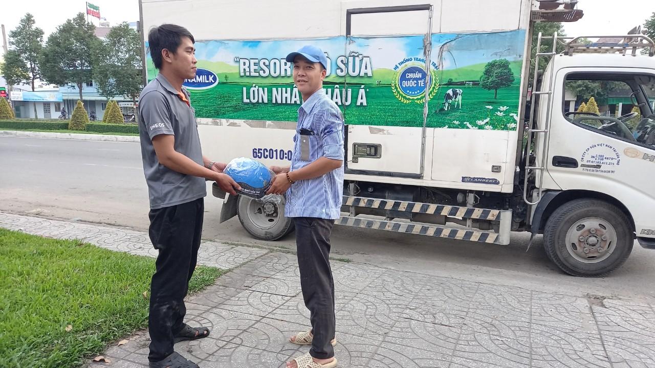 khách hàng nhận quà khi thay Nhớt xe tải tại Nhớt Cần Thơ